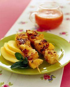 SPIEDINI DI POLLO E ANANAS ALLO ZENZERO Tagliate un petto di pollo a dadi e marinatelo per un'ora con il succo di un limone, menta spezzettata, un pezzettino di zenzero sbucciato e grattugiato, uno spicchio d'aglio spellato, 2-3 cucchiai di olio, sale e pepe. Sgocciolate il pollo e alternatelo negli spiedini con dell'ananas a pezzetti. Spolverizzateli con la farina di cocco. Cuocete gli spiedini a fuoco medio su una piastra spolverizzata con sale fino per 7-8 minuti, girandoli su tutti i…