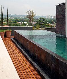 O dono desta cobertura pediu ao paisagista Gilberto Elkis uma piscina que se…