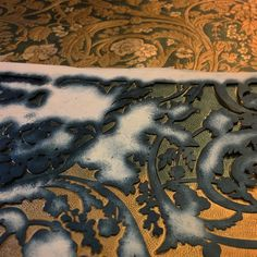 Ela maluje. #giltleather #kurdyban #interiordesign #tymczasemwpracowni #luxury #leather