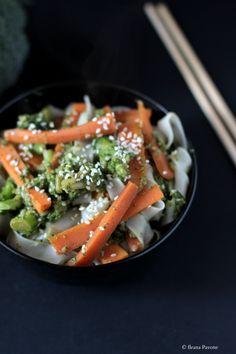 Tagliatelle di riso con verdure e salsa di soia