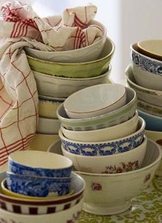 Stacked and mismatched bowls and dishes French Country Cottage, Country Living, Country Style, Cottage Style, Farmhouse Style, Country Life, French Coffee, My Coffee, Mixing Bowls