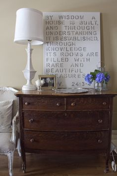 Oak furniture with bleached out decor. A must love for me.