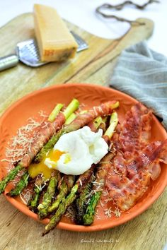 Sparanghel invelit in bacon cu parmezan si ou posat Poched Eggs, Bacon Wrapped Asparagus, Parmesan, Cobb Salad, Fries, Grilling, Appetizers, Keto, Breakfast