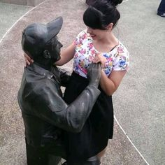 Peoples Are Having Fun With Statues Photos) Funny Art, Wtf Funny, Funny Statues, Fun With Statues, Funny Poses, Cool Pictures, Funny Pictures, Japanese Festival, Weird Gif