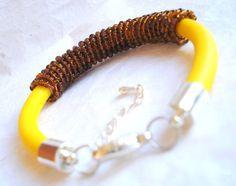 Bransoletka na lince kauczukowej, spiralnie oplecionej drobnymi koralikami.