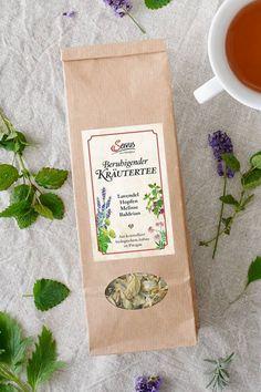 """Erfahrene Kräuterfrauen komponierten einen Beutel voll Entspannung. Beste handgepflückte und sorgfältig getrocknete Biokräuter wanderten in die Mischung. Hopfen, Baldrian, Melisse und Lavendel wirken gemeinsam beruhigend auf angespannte Nerven und fördern den Schlaf. Schaffen Sie ein Zu-Bett-geh-Ritual und genießen Sie die Kraft der Natur mit einer Tasse """"Schlaf gut""""-Tee. Kraut, Napkins, Tableware, Sleep Tea, Calm Down, Lavender, Sachets, Nature, Dinnerware"""