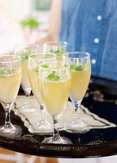 Korianteri-limejuoma | Skool! Yrtit ovat nyt in - ja ne sopivat mainiosti myös juomiin. Testaa alkumaljaksi poreilevaa yrttijuomaa. White Wine, Alcoholic Drinks, Glass, Food, Drinkware, Corning Glass, Essen, White Wines, Liquor Drinks