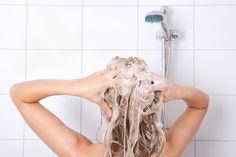Plus poreux, plus sensibles, les cheveux colorés sont plus fragiles. Ils ont donc besoin de formules douces, qui protègent à la fois les longueurs et la couleur.