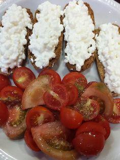 Buona sera e buona cena a tutti per stasera fiocchi di formaggio su crostini integrali e pomodori... :-) come sempre le ricette sul mio blog lamiadietablog.altervista.org