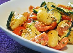 Gebratene Gnocchi mit Tomaten, Zucchini und Schafskäse Exactly what the title promises, he also holds. The court is nothing more and nothing less. And it tastes pretty delicious. For 2 people you need: about gnocchi (from the refrigerated counter) … New Cooking, Easy Cooking, Cooking Recipes, Veggie Recipes, Vegetarian Recipes, Healthy Recipes, Tomate Zucchini, Diy Y Manualidades, I Love Food