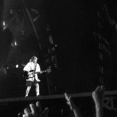 En esta otra foto, Fabricio nos muestra a Angus Young, en mangas de camisa. Foto: @Britzio