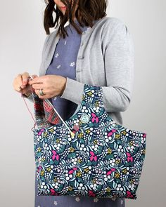 A Reversible Box Tote Knitting Bag – Sew Dainty Bag Pattern Free, Bag Patterns To Sew, Sewing Patterns Free, Tote Pattern, Beginner Knitting Patterns, Knitting Projects, Diy Knitting Bag, Sewing Projects, Knitted Bags