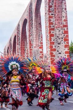 Danza de los Concheros, Queretaro, México. Aztec Costume, Aztec Warrior, Festivals Around The World, Aztec Designs, Native American Tribes, Ancient Symbols, Color Of Life, People Around The World, Painting Inspiration