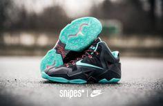"""Nur ein Wochenende nach dem All-Star-Game gab's von LeBron James bereits den neuesten Colorway seines NIKE LeBron 11. Der """"DIFFUSED JADE"""" kam im schwarzen Upper und wird ergänzt durch rote und blaue Akzente, auf welche der Nickname des Sneakers verweist. Der NIKE LeBron 11 """"DIFFUSED JADE"""" ist """"online only"""" auf www.snipes.com erhältlich.  #lebron #basketball #sirjames"""