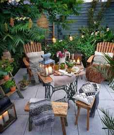 It's a jungle out there! With summer here, it's time for al fresco evenings surrounded by plants. Backyard Paradise, Backyard Retreat, Backyard Landscaping, Small Backyard Design, Small Patio, Garden Design, Salvage Hunters, Outdoor Dining, Outdoor Decor