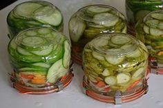 Komkommers kun je het beste inmaken in azijn met suiker. Ik heb deze keer snoepkomkommers gebruikt omdat ik deze in de kas heb staan en ze vaster zijn dan gewone komkommers. Maar je kunt ook gewone komkommers gebruiken. Neem dan 3 grote komkommers.
