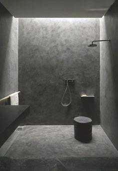 """L'enduit béton """" Mortex Color """" s'applique au sol et au mur, et adhère sur les faïences. Il prend de multiples aspects selon le geste de l'applicateur. Ici, réalisation des architectes du Studio KO. 64 coloris, à partir de 100 euros le m2, pose comprise, Beal."""