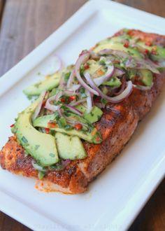 Salmon asado a la parrilla con salsa de aguacate