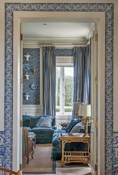 Blue and white theme, gorgeous wall covering ~Jorge Elias - Casa Vogue 2015 Blue Rooms, White Rooms, Jorge Elias, Interior Decorating, Interior Design, White Houses, White Decor, Beautiful Interiors, Interior And Exterior