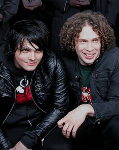 Gerard Way IN A GREEN DAY SHIRT OMFG DYING AND THAT FRO OMG