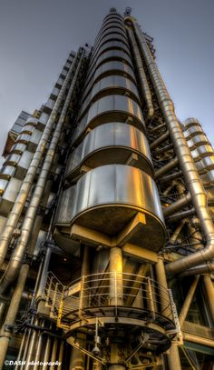 Lloyd's of London a brilliant piece of modern architecture - love to see a 3D render of this as the textures and detail are amazing.