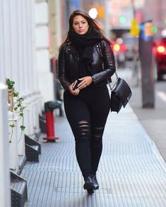 Ashley Graham, fashion inspiration for plump - Žena. - Ashley Graham, fashion inspiration for full – length women - Plus Size Fashion For Women, Black Women Fashion, Womens Fashion, Cheap Fashion, Plus Size Dresses, Plus Size Outfits, Plus Size Winter Outfits, Look Jean, Curvy Girl Outfits