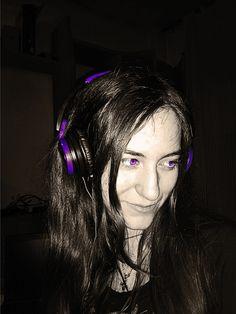 Foto retocada sencilla con los ojos y cascos color morado
