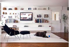 「フローリングの上にラグを敷き、作り付けの棚がある白い部屋」コーディネートNo.23237 | iemo[イエモ]
