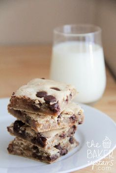 Chocolate chip cookie bars from The Baker Upstairs. Easy and quick to make, and so delicious! www.thebakerupstairs.com
