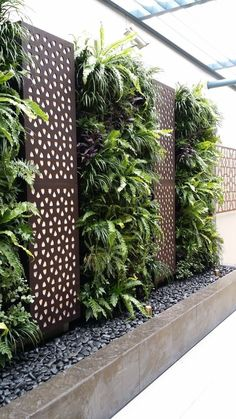 Vetical Gardens A vertical garden can be created cheaply with garden netting as well as a few of your favorite climbing plants. DIY Projects - Develop a Do It Yourself Outdoor Living Wall Vertical Garden Planter Garden Wall Designs, Vertical Garden Design, Backyard Garden Design, Fence Design, Backyard Patio, Vertical Gardens, Vertical Planter, Small Garden Wall Ideas, Patio Design