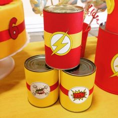 Latas decorativas para a mesa no tema super herói Flash - kit festa infantil Ouro #aniversario #meni - flordeseda Birthday Table, 1st Birthday Parties, 10th Birthday, Superhero Birthday Cake, Superhero Party, Iron Man Party, Flash Superhero, The Flash Season, Flash Gordon