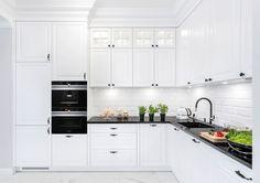 Studio Wach Warszawa BIAŁA KUCHNIA Z CZARNYM AGD Scandinavian Style, Kitchen Cabinets, Interior Design, Kitchenettes, Home Decor, Design Ideas, Living Room, House, Nest Design