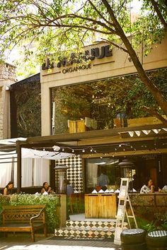 Le Manjue- restaurante orgânico em são paulo Restaurant Marketing, Cafe Restaurant, Restaurant Design, Cafe Shop, Beer Bar, Cafe Design, Interior Exterior, Outdoor Seating, Wall Colors