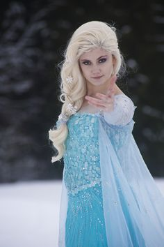Disney Frozen Elsa cosplay love the hair Frozen Cosplay, Elsa Cosplay, Disney Cosplay, Frozen Costume, Disney Costumes, Cosplay Costumes, Tilda Swinton, Costume Halloween, Fete Halloween