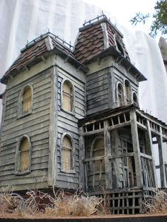 mini Bates' Mansion from Psycho ~ the artists will also make a haunted version of your own house! Old Abandoned Houses, Abandoned Mansions, Abandoned Buildings, Abandoned Places, Old Houses, Abandoned Castles, Haunted Dollhouse, Haunted Dolls, Haunted Mansion