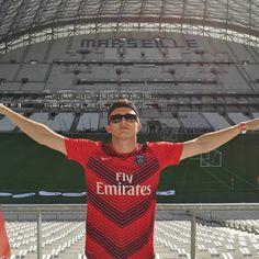 Vald tourne son dernier clip au Vélodrome de Marseille avec un maillot du PSG !   @valdsullyvan #Vald #PSG #Velodrome #Marseille #ParisSaintGermain #Rap