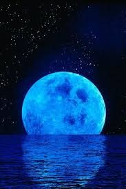 """BLUE MOON SONG: by Chris Isaak """"And when I looked the Moon had turned to gold."""" Just discovered this Chris Isaak cover, which is (nearly) as dreamy as he is. Moon Pictures, Pretty Pictures, Cool Photos, Moon Pics, Beautiful Moon, Beautiful World, Sun Moon, Stars And Moon, Image Bleu"""