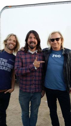 **New pic ** Taylor Hawkins, Dave Grohl and Joe Walsh. On a beach??