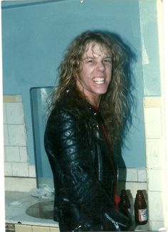 *Me, Myself and Lenne* *Metallica' fan since *Colorada since I born* *Don't expect to see here photos of Metallica already known. I will post pictures look fleeing common,. Metallica, James Hetfield Young, James Hatfield, Judas Priest, Band Memes, Van Halen, Music Photo, Music Stuff, Stuff Stuff