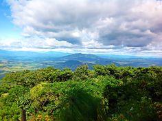 Vista al cerro de Guazapa Dede el volcán de San Salvador.