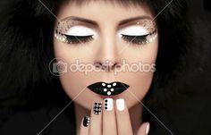 Zwart-wit make-up op het meisje met strass op het gezicht en nagels — Stockbeeld…