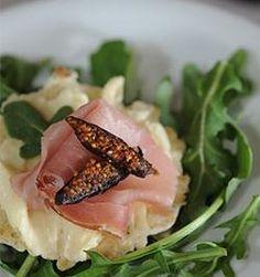 Brie, Prosciutto, Arugula & Fig on 34º Sesame Crisps | #34Degrees #cheese #fruit #pairings #recipes