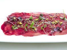 Carpaccio de atún con mahonesa de trufa y jugo de remolacha . Reserva online en EligeTuPlato.es