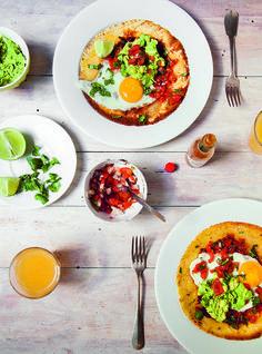 Een heerlijk gerechtvoor stevige ontbijters, of als lunch of diner: huevos rancheros. Dit lekkere Mexicaanse eiergerechtkomt uit het heerlijke kookboekEen Amerikaanse in Parijs. Rooster het komijnzaad 4 minuten in een droge koekenpan op laag vuur. Voeg 1 eetlepel olijfolie toe, dan de ui en het zout, en bak alles nog eens 4 minuten. Voeg de …