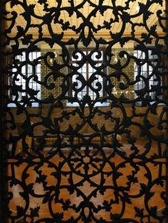 Moucharabieh et fenêtres à jalousie
