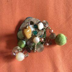 Spilla handmade da gioiello in terracotta colorata e foglia oro con inserimento di pietre e accessori vari.