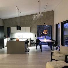Valon taikaa keittiön pinnoilla. Huomaa myös näyttävät pyöreät valaisimet.