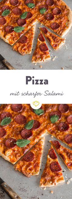 Der Klassiker, der Pizzafans jubeln lässt: Knuspriger, italienischer Pizzateig trifft auf fruchtige Tomatensauce, scharf-würzige Salami und milden Mozzarella.