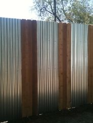 galvanized roofing and verticals.very contemporary. (for the walls of the biergarten) Diy Fence, Backyard Fences, Garden Fencing, Backyard Projects, Outdoor Projects, Fence Ideas, Corrugated Metal Fence, Metal Fences, Sheet Metal Fence
