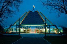 """Das heutige Planetarium Mannheim ist der Nachfolgebau des im Jahr 1927 als eines der weltweit ersten Planetarien in Mannheim errichteten Baus. Die Projektionskuppel hat eine Höhe von 20 Metern und bietet 280 Zuschauern Platz. Seit dem Jahr 2002 besitzt das Planetarium das moderne Projektionsgerät """"Universarium"""" von Carl Zeiss."""